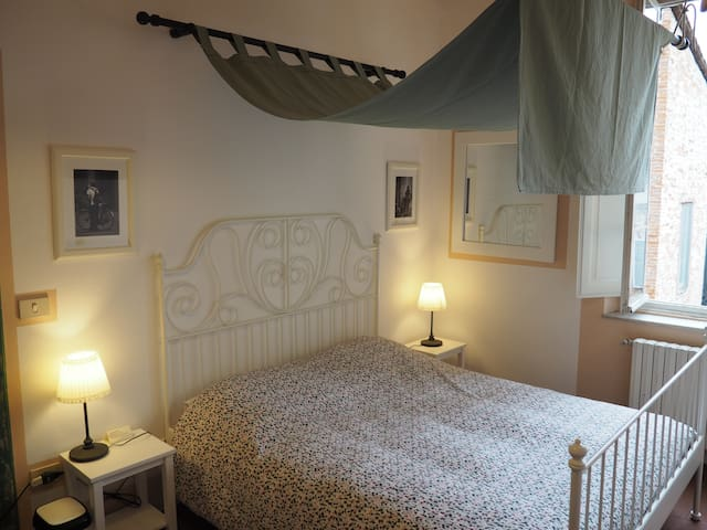 Lucca Center: The pink bedroom