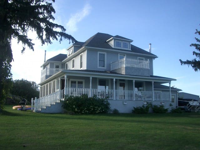 Riverfront Vacation Home in 1000 Islands With Pool