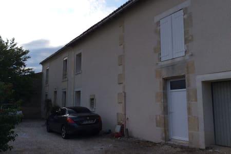 Location chambre maison charentaise - Châteaubernard