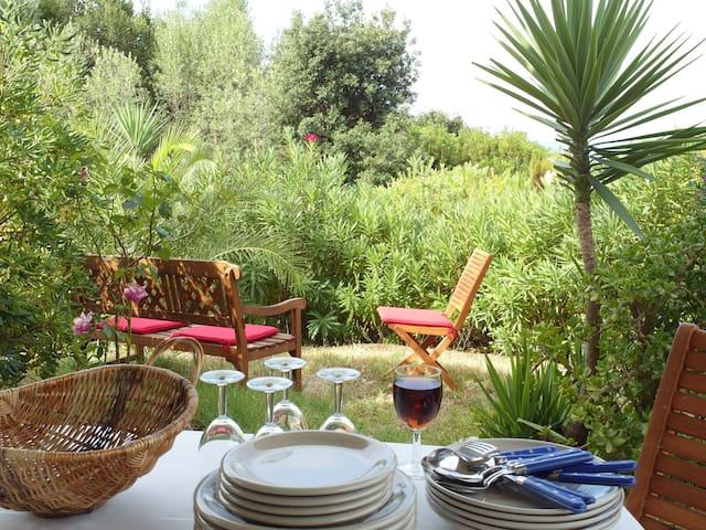 Rez de jardin rénové, résidence calme proche plage - Albitreccia - Casa