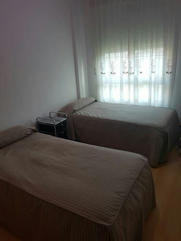 Habitación con dos camas y baño - Madrid - Departamento