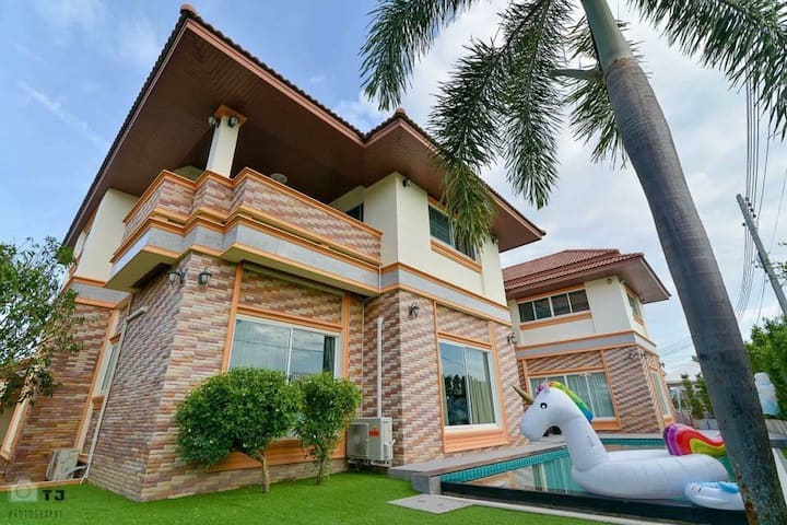A beautiful pool villa that closes Pattaya.