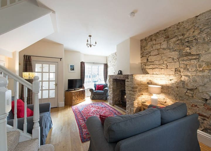 Folly Cottage, spacious & centrally located, Corfe