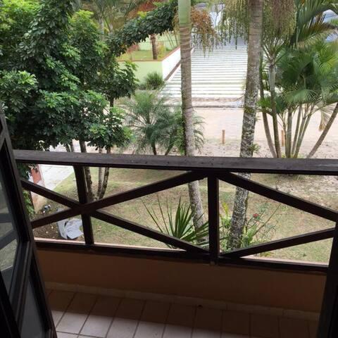Casa condomínio Atami com piscina e churrasqueira