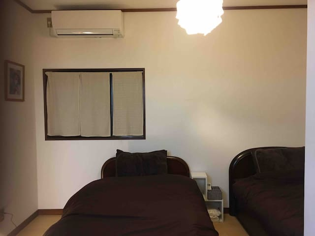 Two single beds in the bedroom are Air conditioner and you can lock it from the inside   シングルベッド2台 エアコン完備 内側から鍵をかけれますのでプライベートでお休み頂けます