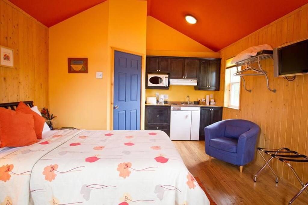 Vue de l'intérieur du Chalet: Lit, cuisine, salle de bain