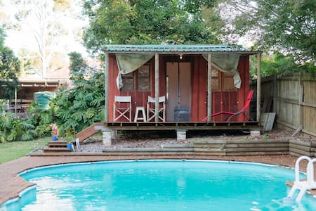 Cabin overlooking swimming pool - Berowra