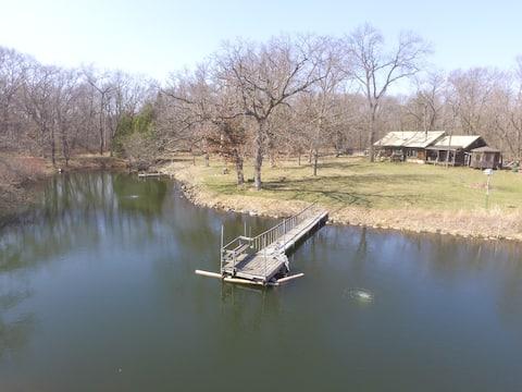 Una cabaña de madera con estanque para nadar