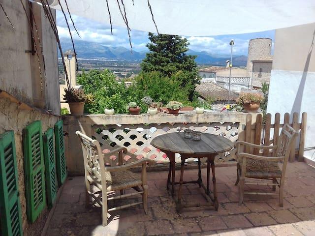 Zuhause mit Dachterrasse und Bergblick