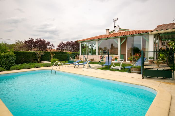 Cosy home in quiet bungalow district, large garden and private swimming pool.