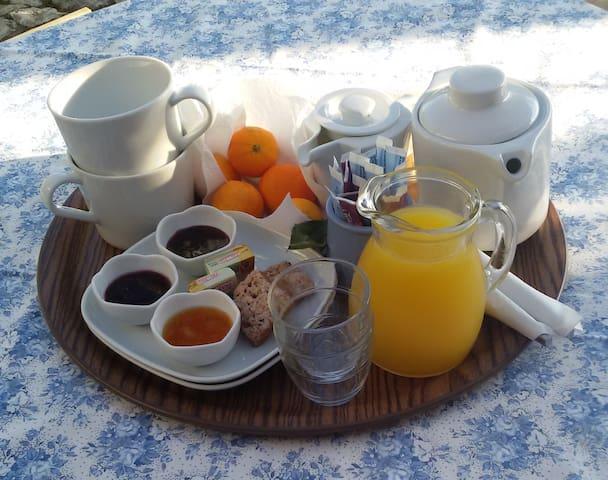 Au petit-déjeuner : pain frais, beurre, cake, jus de fruit, confiture maison, thé, café, chocolat .....