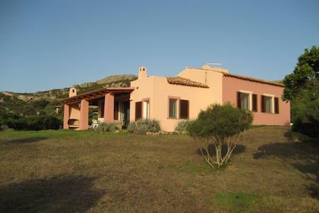 Splendida Villa unifamiliare, giardino e verande - Santa Teresa Gallura - วิลล่า