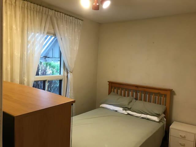 Private room, walking distance Kipling GO/subway