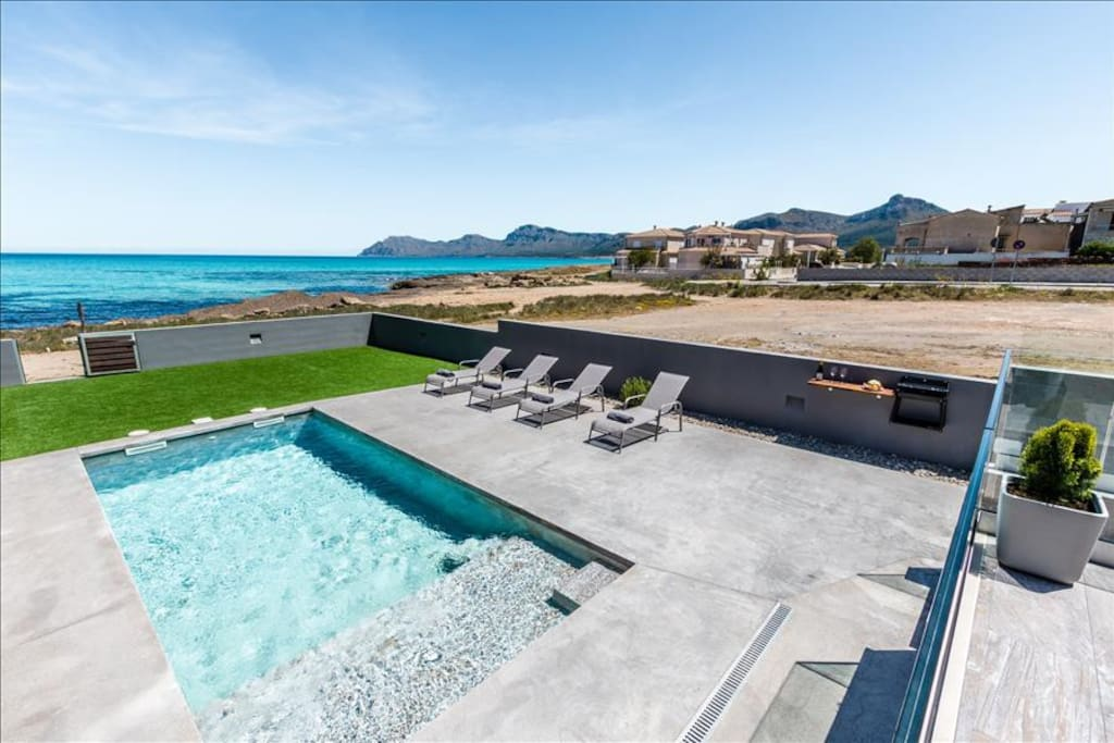 Terrace, pool and sea