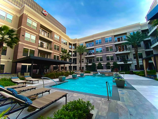 1B,1bth Lux condo. In Galleria Pool,gym,office.