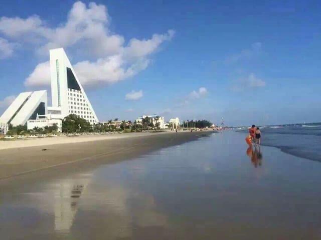 步行三分钟即到的侨港海滩