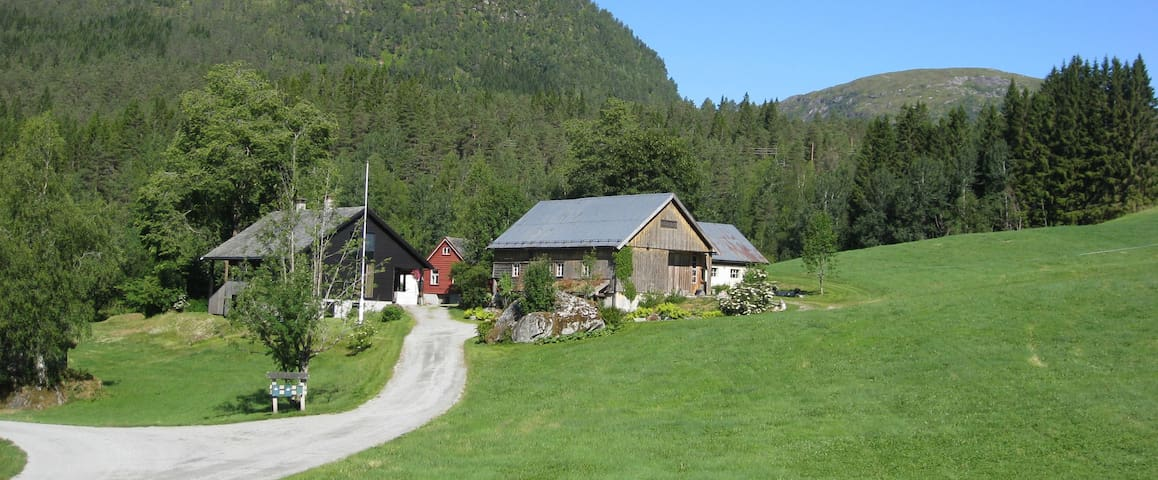 Sjarmerende tømmerhus i idyllisk gardstun