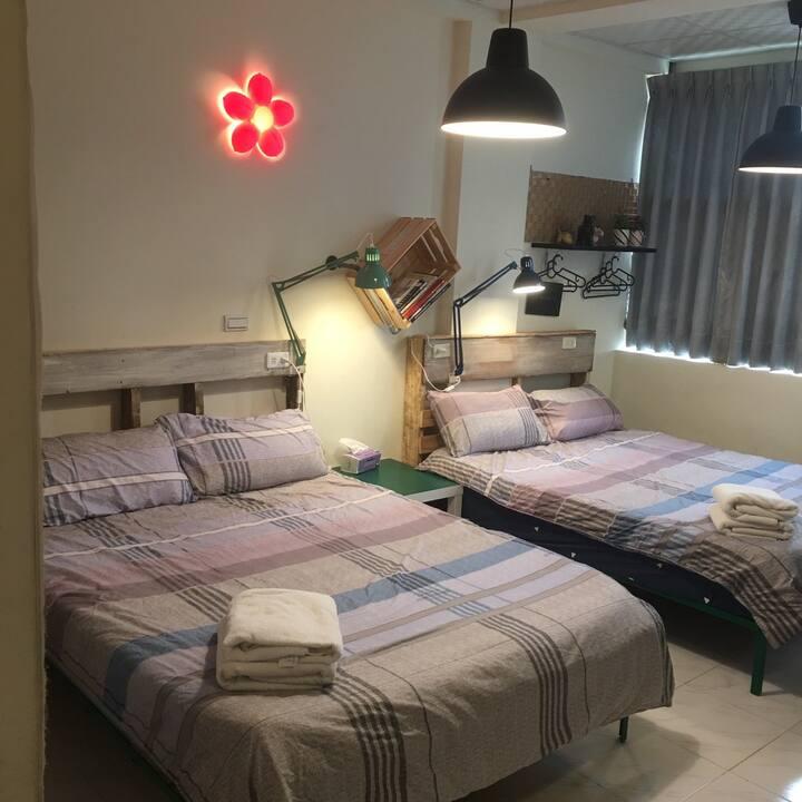 鐵腿4樓3+1人房 這是可以容納4人的套房,對應出遊的家庭。