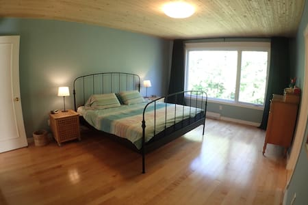 Spacious room overlooking park with luxury ensuite - Pointe-Claire - Ház
