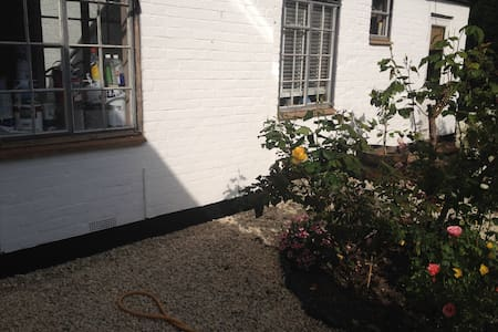Selfcontained annexe attached to character cottage - Farnham