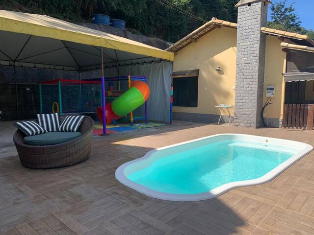 Casa  2 quartos, lareira e piscina e brinquedo