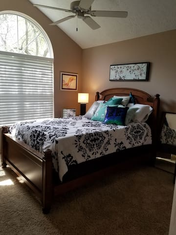 Clean private room near Easton and Airport