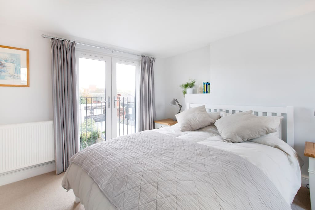Bright sunny juliet balcony overlooking the garden, Oxford rooftops & the park beyond...