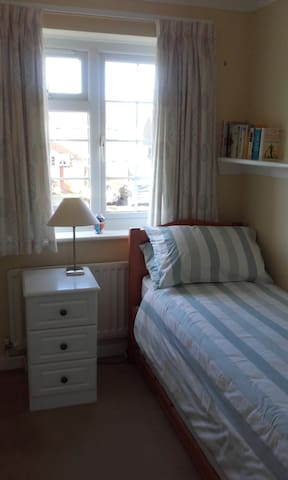 Comfortable room with single bed - Barton on Sea