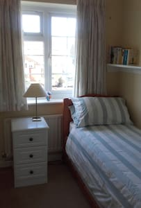 Comfortable room with single bed - Barton on Sea - Bed & Breakfast