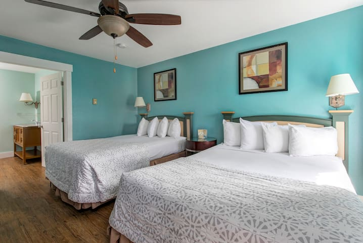 2 Double Beds in the center of Seaside