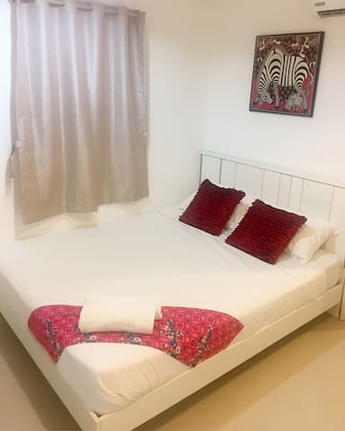 The Do Drop Inn-Private aircon room with king bed