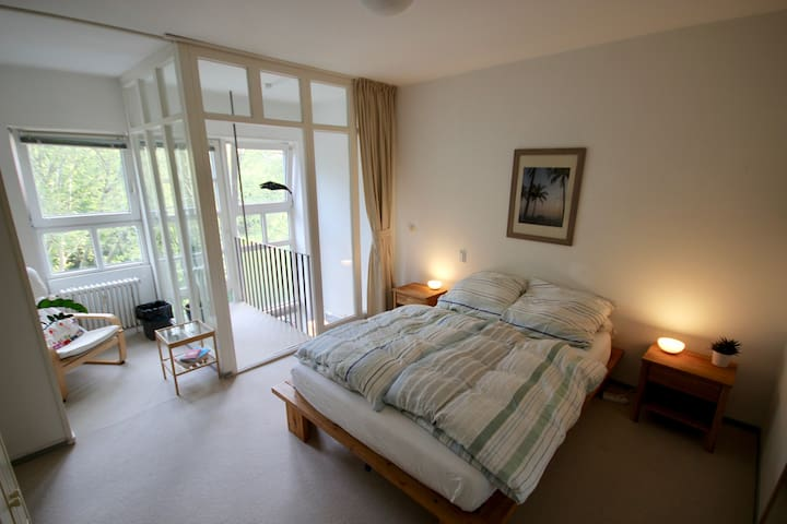 Central, bright and quiet room with parkview