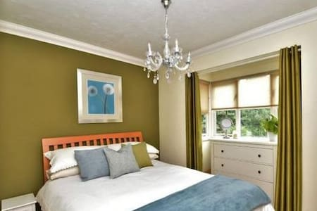 Modern Double Room close to M25 & M20 - Sutton at Hone - Casa