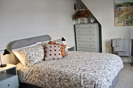 A Spacious, light, airy room in Battersea