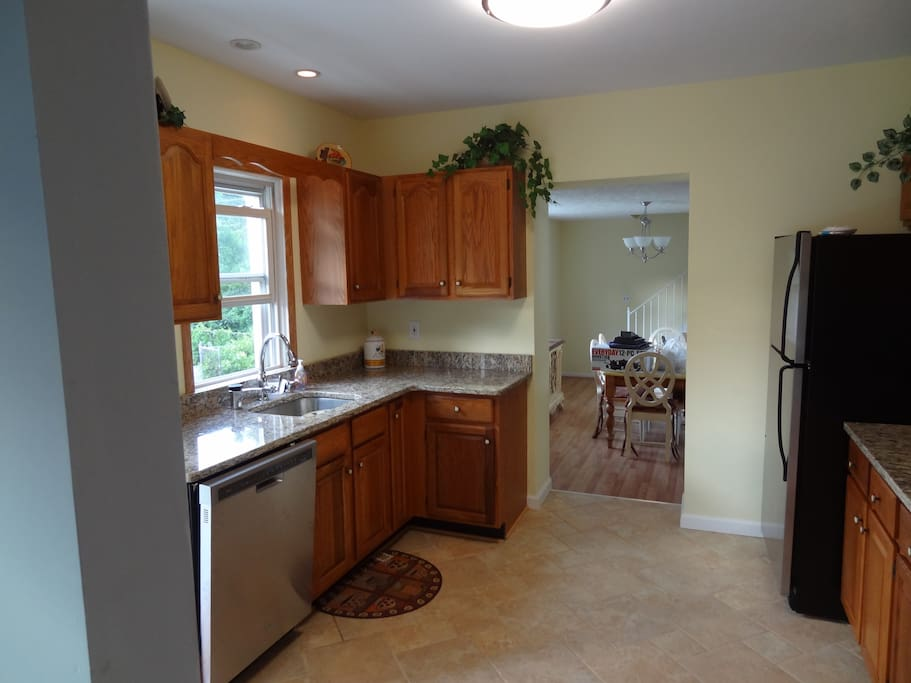 Cozy kitchen facing kitchen table and family room