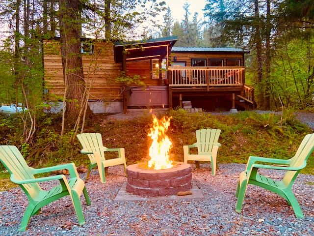 Waterfront Cabin-hot tub/WiFi/campfire/AC!