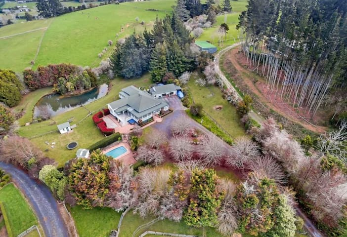 Rural Auckland - beautiful villa with mod cons