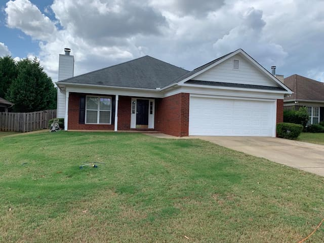 Spacious 1400 sq ft  3 BR 2 BA house with pool