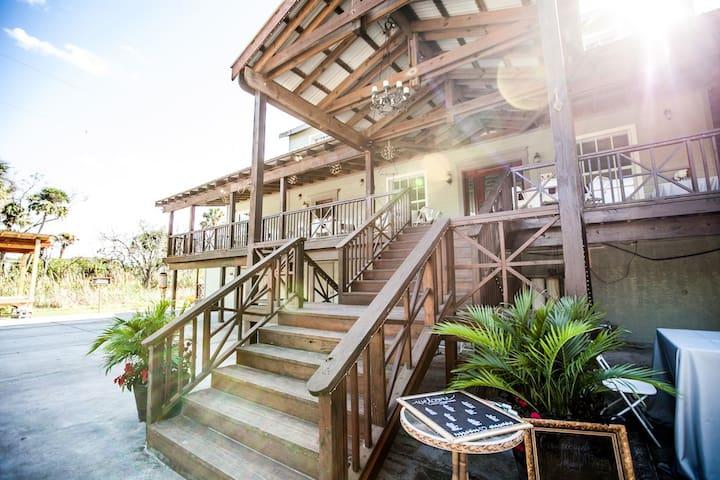 ** Flamingo Bungalow **  Beautiful Tampa Retreat