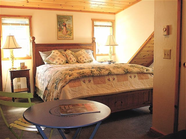 The Hayloft Apartment walk to beach etc, TAX INCL