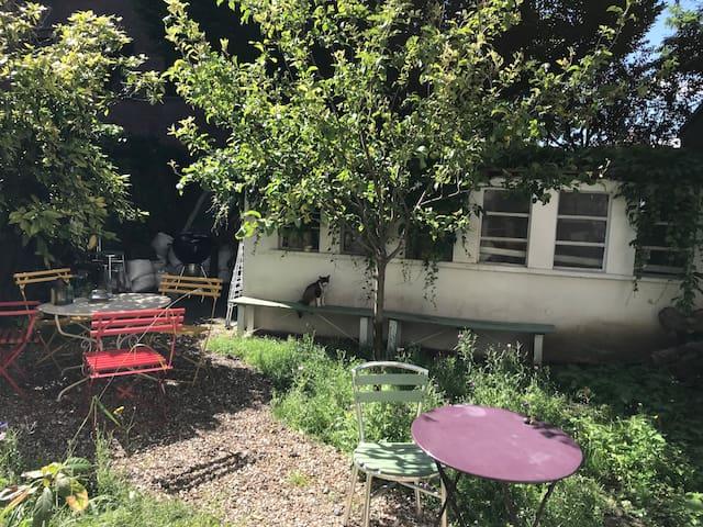 Renovated artist's atelier with garden near metro