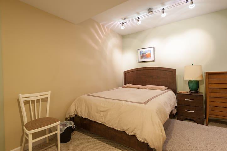 Private Suite in Olivette Home