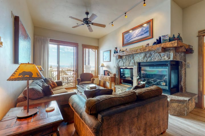 Top-floor condo w/ gorgeous view, fireplace & resort pool/hot tubs/shuttle/gym!