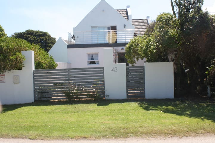 Cottage with private garden walk to beach/village - Saint Francis Bay
