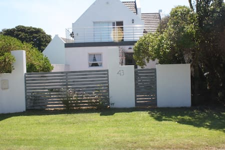 Cottage with private garden walk to beach/village - Saint Francis Bay - House