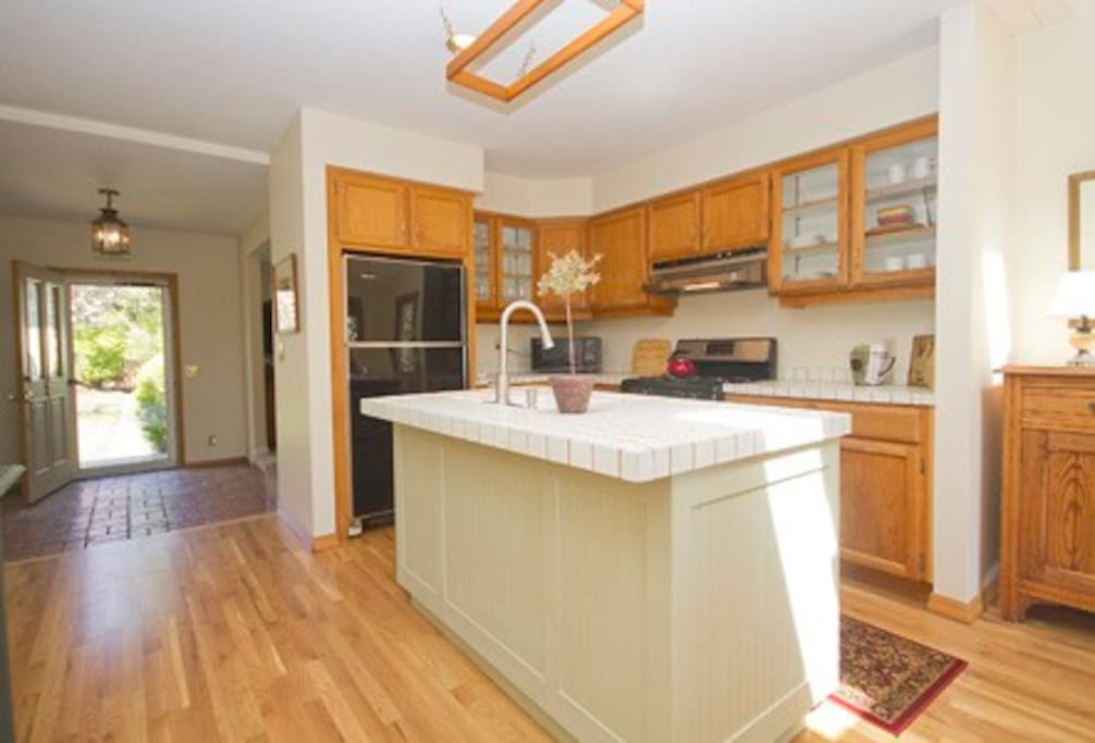 Fully Equipped Kitchen with Prep Bar