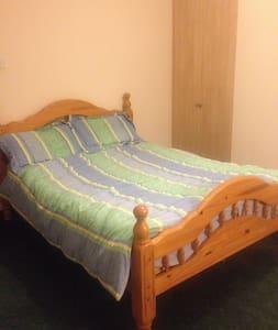 Ensuite - double bed & Wifi. 20 mins walk to Ennis - Ennis - Hus
