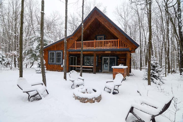 WHEELCHAIR ACCESSIBLE Lake Area Cabin w/Indoor Hot Tub & Fire Pit!