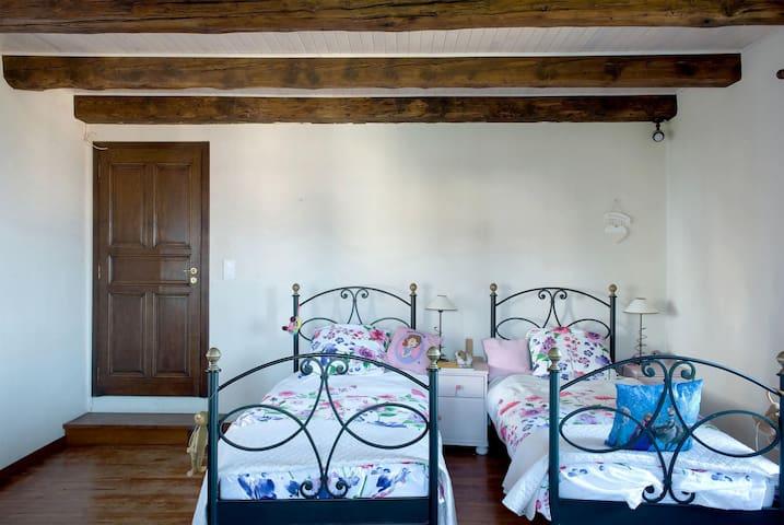 3rd Bedroom - 2 single beds