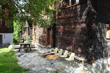 300 jährige nostalgische Wohnung im Walliserhaus